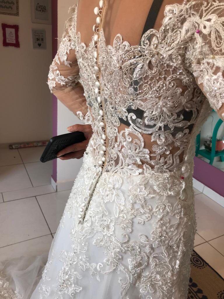 fazendo-a-prova-do-vestido-de-noiva-para-ajustar-costas-6302122