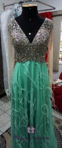 Valorizando o vestido de festa com aplicações de pedrarias