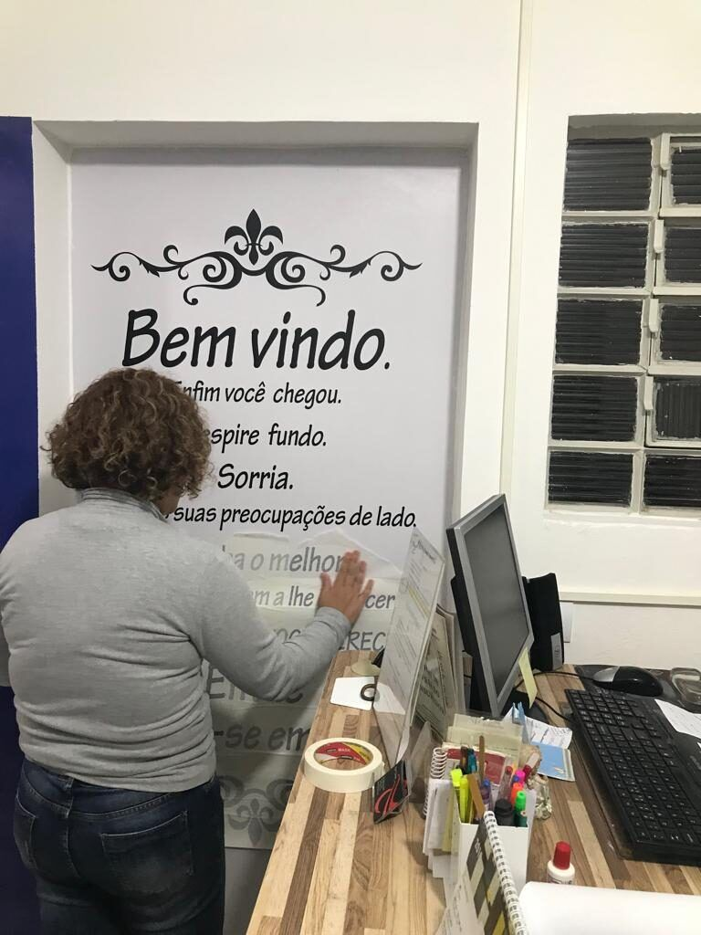 colocando-adesivo-na-porta-do-novo-atelier-ellegancy-costuras4-4646888