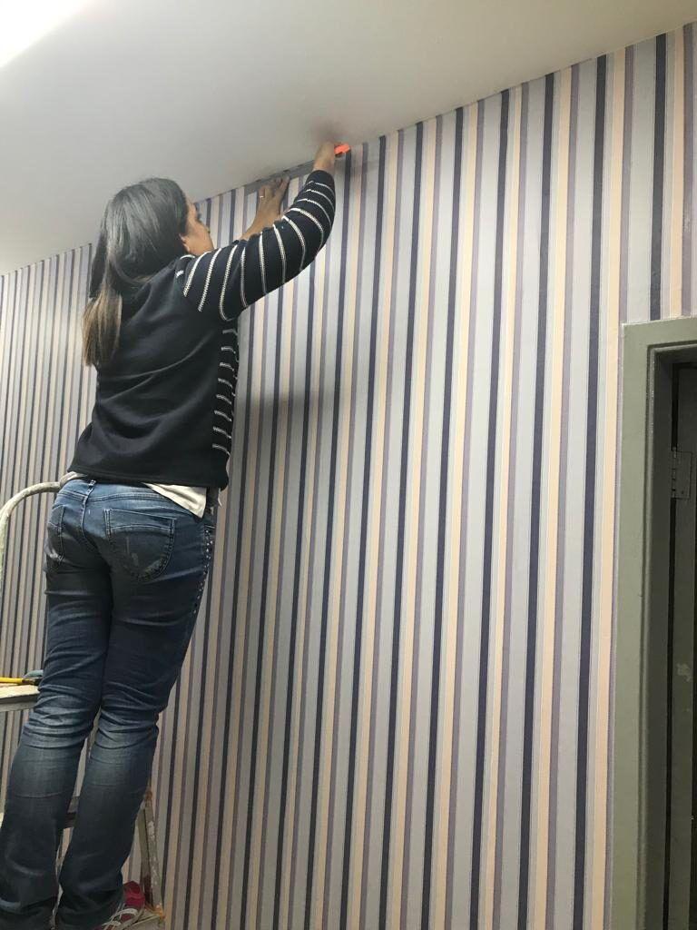 colocando-o-papel-de-parede-no-noo-atelier-ellegancy-costuras-6777329