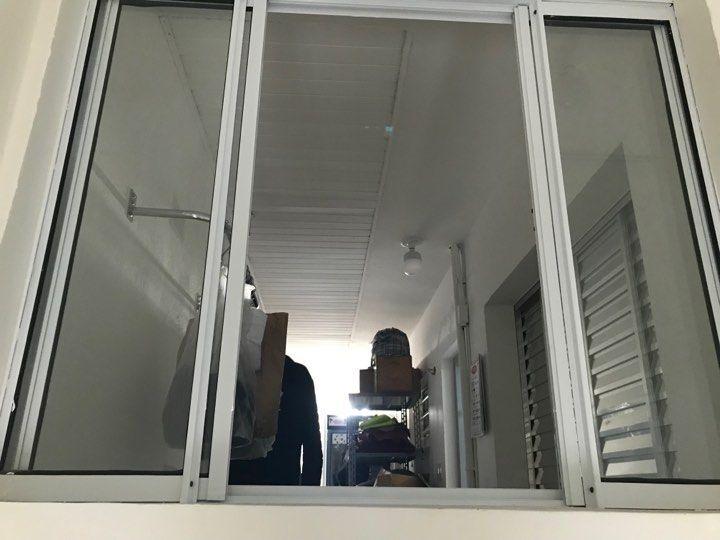janela-aberta-do-corredor-interno-7581922