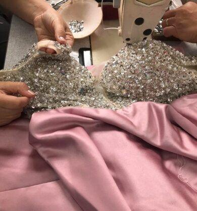 costureira-que-faz-bordado-em-vestido-de-festa-390x418-2492319
