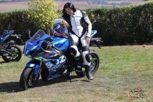 Mulheres e homens que pilotam motos