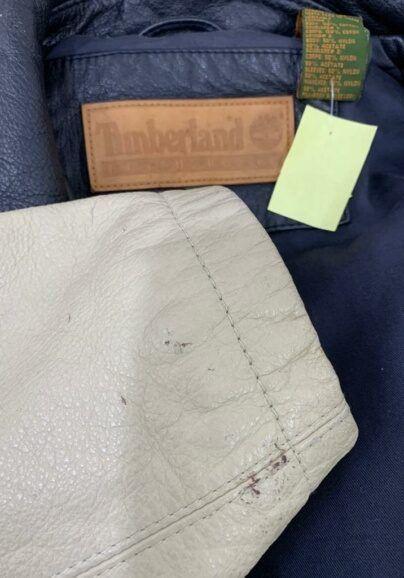 Colocar punho de tecido em jaqueta de couro.