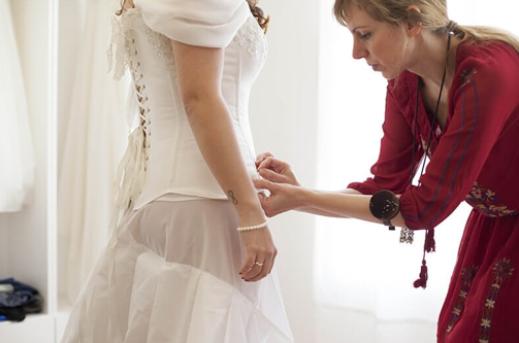 Atenção na hora de ajustar o vestido de noiva