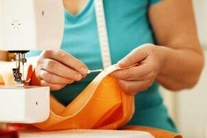 Costureira de ajuste de roupas sp
