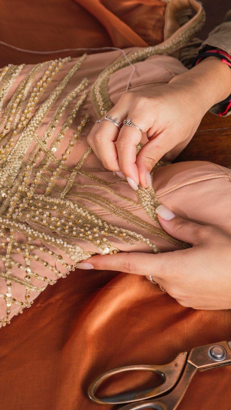 aplicar pedraria em vestido de festa